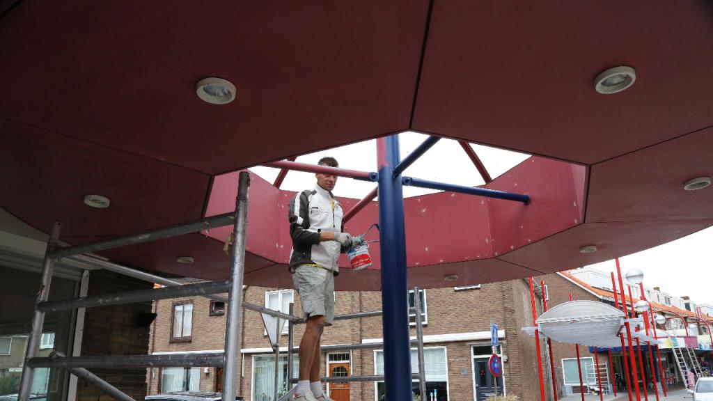 Luifel Van Baarstraat ondergaat grondige schilderbeurt - Nieuw-Volendam