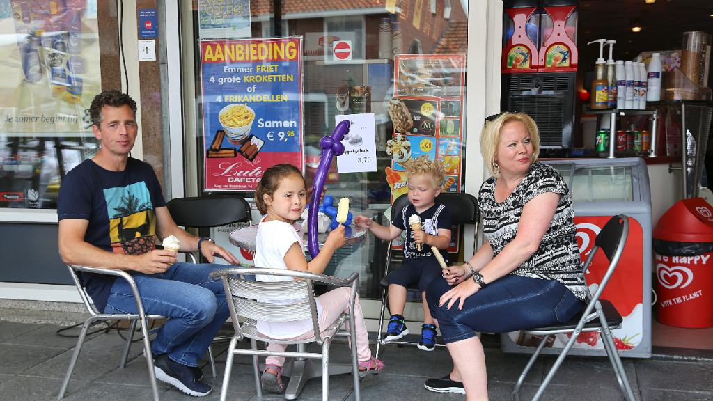 Braderiemarkt Van Baarstraat werd druk bezocht - Nieuw-Volendam