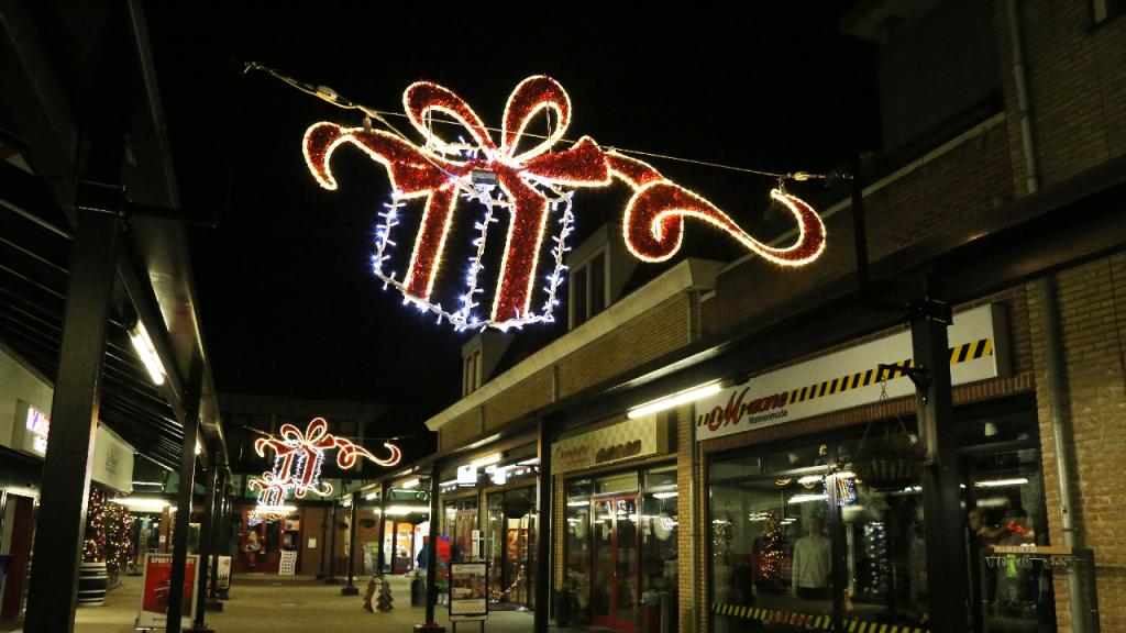 Fraaie kerstverlichting-ornamenten in De Stient | Nieuw-volendam.nl