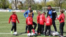 Voetbalclinic bij EVC door spelers FC Volendam