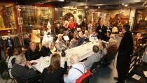 Groep bejaarden brengt bezoek aan Volendams Museum