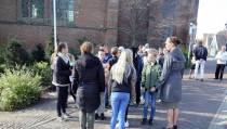 Kranslegging bij het monument in Oosthuizen