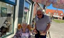 Extra Bedakkertje en attentie van chocolade voor de ouderen