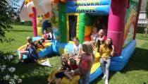 Spring- en glijvermaak met verjaardagsfeestje