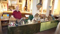 Verkoop van kerstspullen achter in de Vincentiuskerk