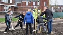Leerlingen uit groep 6 Petrusschool planten 19 bomen
