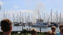 Boot in de brand in de Haven van het Marinapark