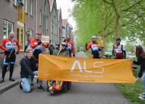 Wielerfanaten fietsen geld bijeen namens ALS-patiënt Walter