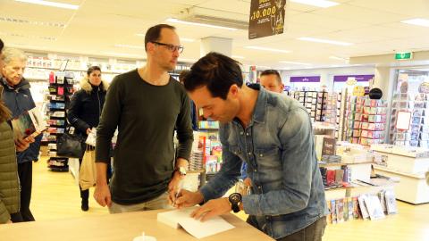 Mooi Sombroek Keukens : Signeersessie van bas nijhuis bij jan cas sombroek nieuw volendam