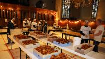 6.000 Oliebollen werden gebakken in de Grote Kerk
