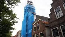 Gevel en toren van de RK Nicolaaskerk staat in de steigers